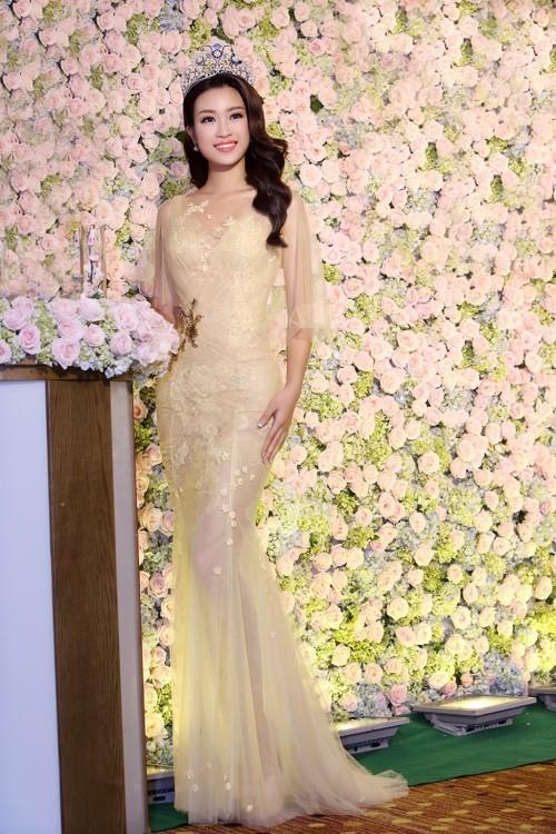 'Người đẹp vì lụa' quả không sai! Đỗ Mỹ Linh trở thành biểu tượng thời trang Việt nhờ loạt váy áo này - Ảnh 2.