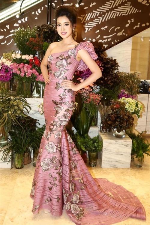 'Người đẹp vì lụa' quả không sai! Đỗ Mỹ Linh trở thành biểu tượng thời trang Việt nhờ loạt váy áo này - Ảnh 5.