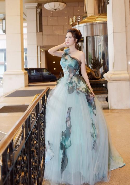 'Người đẹp vì lụa' quả không sai! Đỗ Mỹ Linh trở thành biểu tượng thời trang Việt nhờ loạt váy áo này - Ảnh 8.
