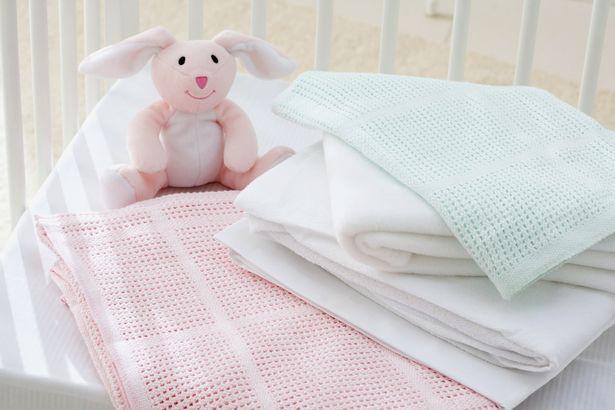 Bé 18 tháng tuổi đột tử khi ngủ vì đắp chăn, các mẹ nên biết cách cho con ngủ vừa ấm vừa an toàn - Ảnh 2.