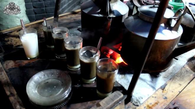 Cốc cà phê kèm một cục than nóng đỏ rực là thức uống độc nhất vô nhị tại Indonesia - Ảnh 3.