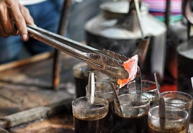 Cốc cà phê kèm một cục than nóng đỏ rực là thức uống độc nhất vô nhị tại Indonesia - Ảnh 7.