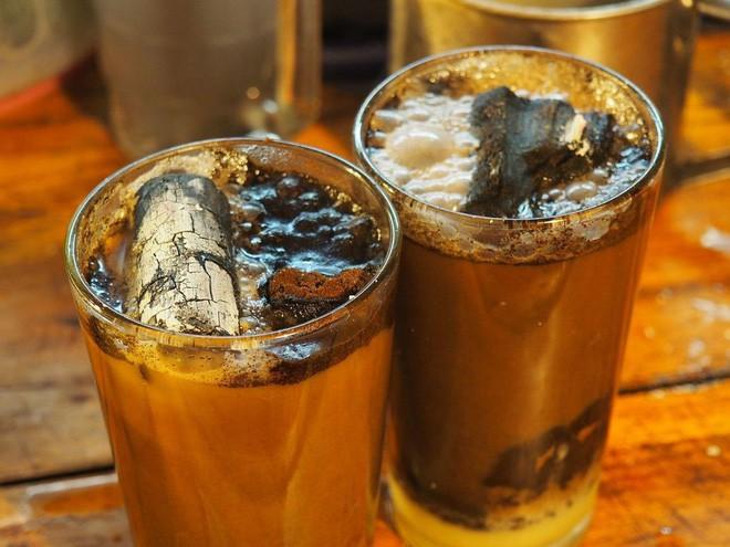 Cốc cà phê kèm một cục than nóng đỏ rực là thức uống độc nhất vô nhị tại Indonesia - Ảnh 8.