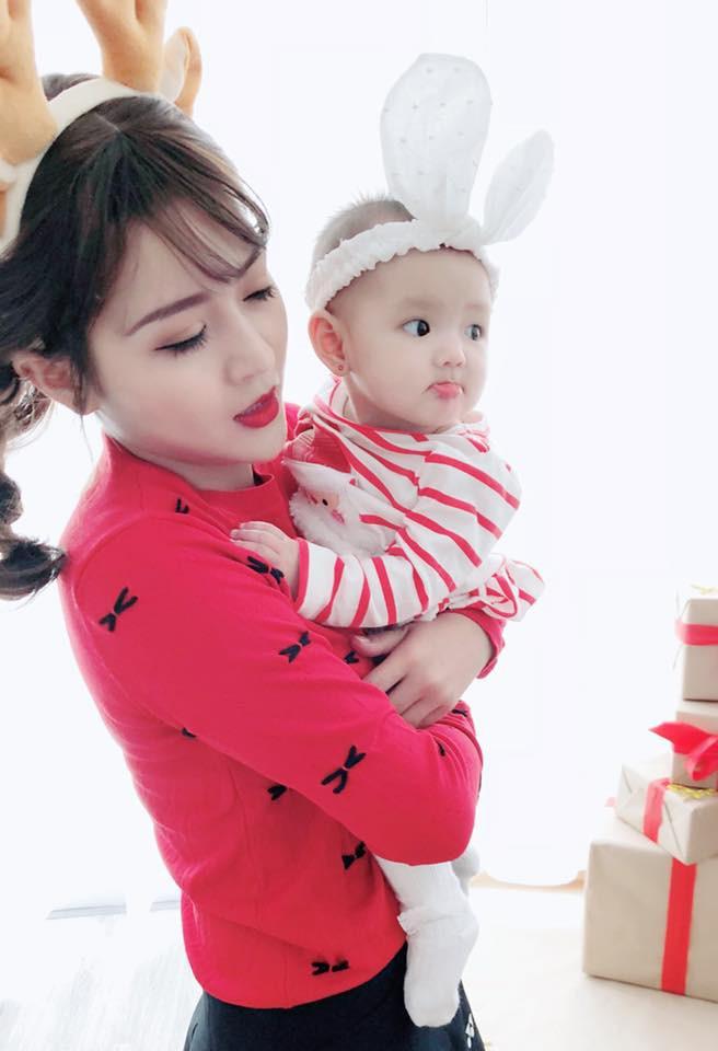 Bà mẹ trẻ có gương mặt xinh như búp bê lấy lại vóc dáng như thời con gái sau khi sinh 6 tháng - Ảnh 4.