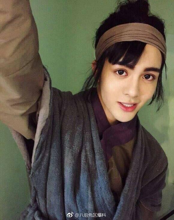 Fan sốc nặng khi anh hùng Trương Vô Kỵ bị biến thành môi đỏ, mắt to hệt như con gái - Ảnh 1.