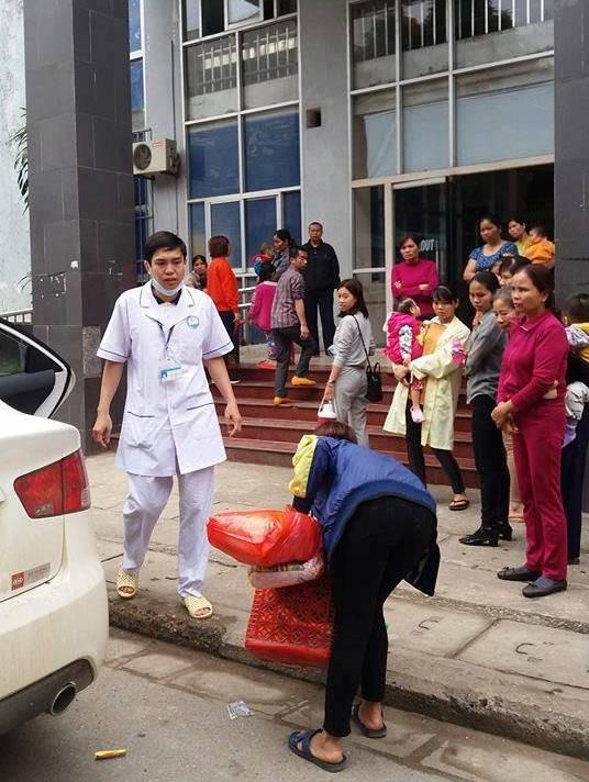 Hòa Bình: Người mẹ bại liệt kiên cường sinh con trên taxi khi gần đến bệnh viện - Ảnh 1.
