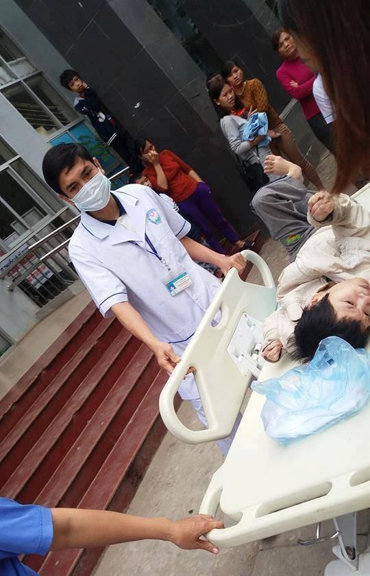 Hòa Bình: Người mẹ bại liệt kiên cường sinh con trên taxi khi gần đến bệnh viện - Ảnh 3.