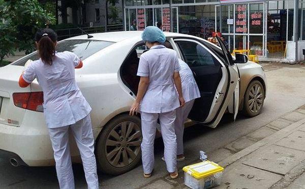 Hòa Bình: Người mẹ bại liệt kiên cường sinh con trên taxi khi gần đến bệnh viện - Ảnh 2.
