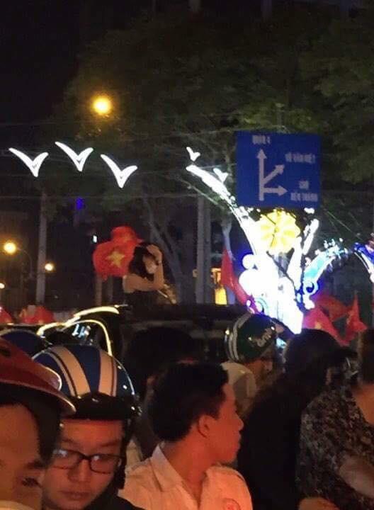 Mỹ Tâm bịt khẩu trang đứng trên xe hơi đi bão đêm Sài Gòn mừng tuyển U23 Việt Nam - Ảnh 1.