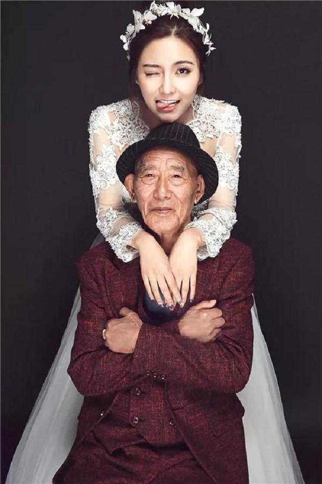 Thấy bức ảnh cô dâu xinh xắn với chú rể U90 chống gậy, ai cũng sốc nhưng sự thật phía sau ngọt ngào lắm - Ảnh 2.