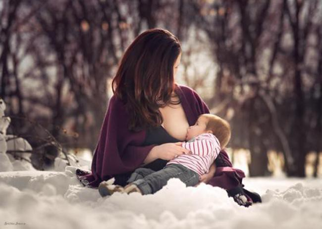 Những khoảnh khắc mẹ thần thái rạng ngời, ôm cho con bú: Huyền Baby tỏa sáng như nữ thần, Hằng túi kín đáo vẫn làm tròn thiên chức - Ảnh 20.