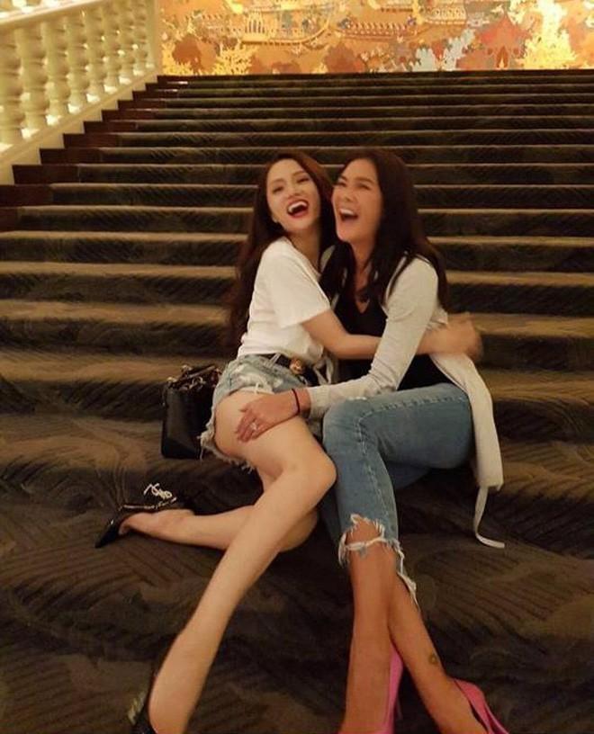 Sau bao lần chị em thân thiết trên mạng xã hội, cuối cùng Hương Giang idol và chị đại Lukkade cũng hội ngộ - Ảnh 2.