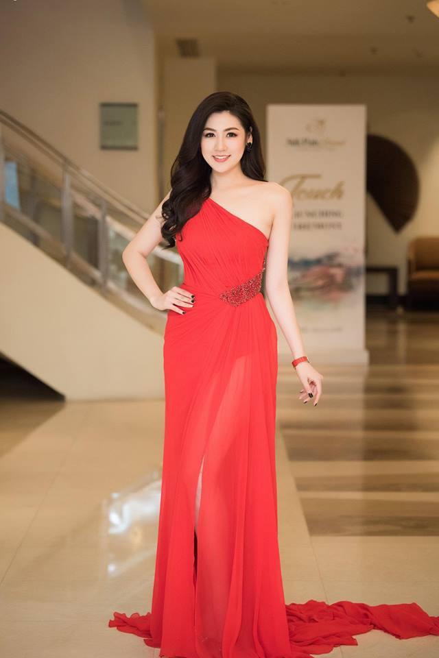 Cùng diện váy đỏ gợi cảm, Dương Tú Anh đẹp trong trẻo trong khi Đỗ Mỹ Linh lại lộng lẫy gợi cảm - Ảnh 1.