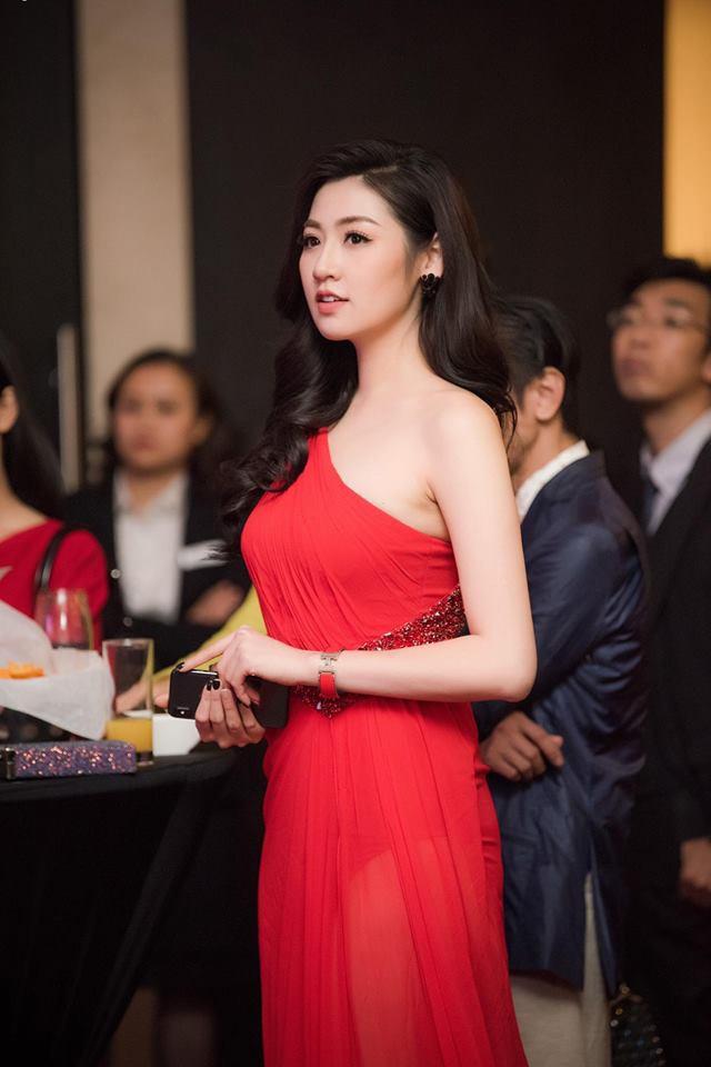 Cùng diện váy đỏ gợi cảm, Dương Tú Anh đẹp trong trẻo trong khi Đỗ Mỹ Linh lại lộng lẫy gợi cảm - Ảnh 2.