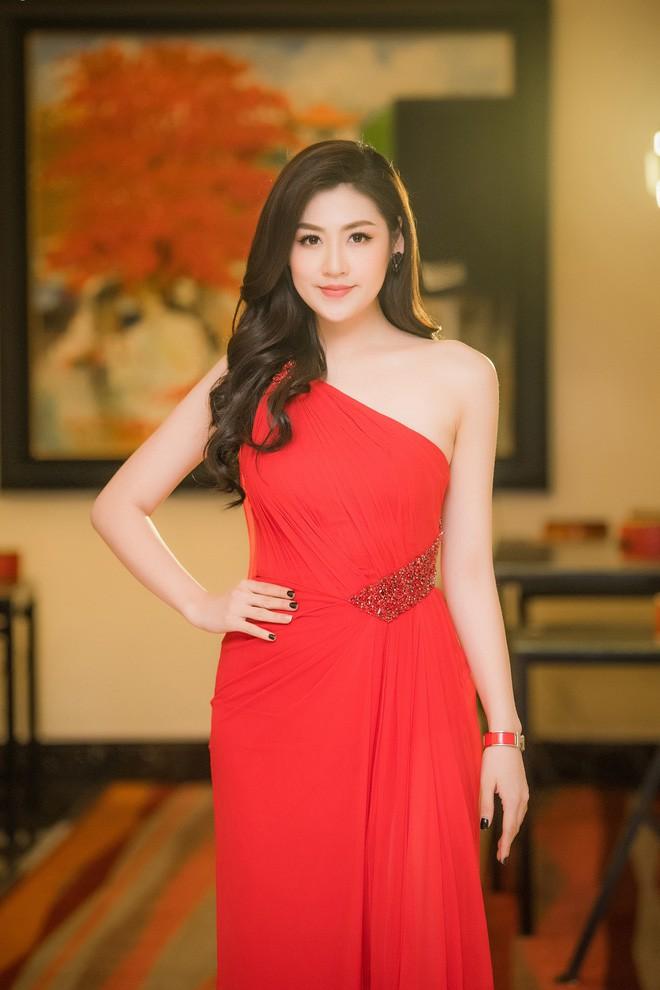 Cùng diện váy đỏ gợi cảm, Dương Tú Anh đẹp trong trẻo trong khi Đỗ Mỹ Linh lại lộng lẫy gợi cảm - Ảnh 4.