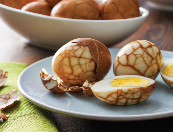 Độc đáo món trứng trà của Trung Quốc nhìn cứ ngỡ một viên đá cẩm thạch đắt tiền - Ảnh 2.
