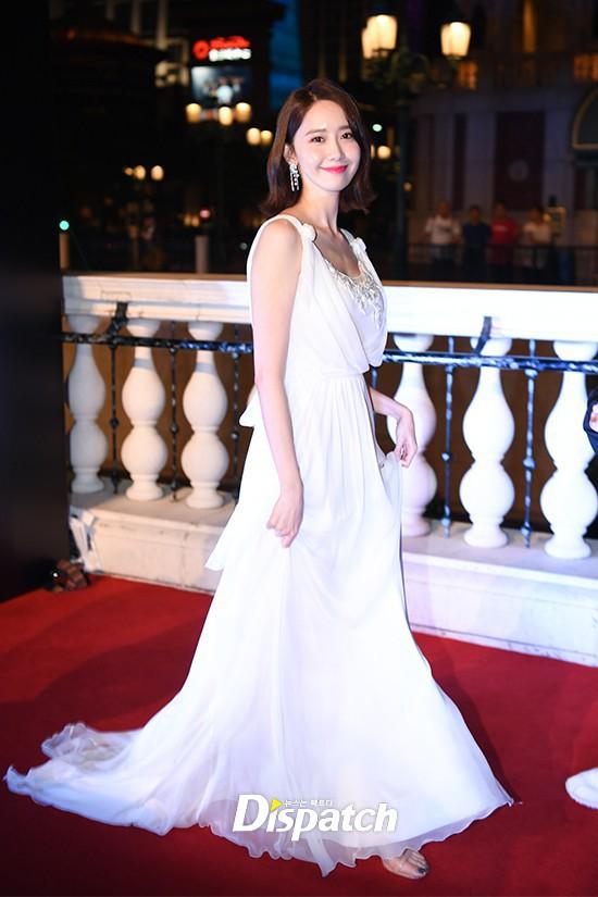 Lộ mặt dài, cơ thể gầy đến mức lộ xương ngực, Yoona vẫn trở thành nữ thần của thảm đỏ hot nhất hôm nay! - Ảnh 3.