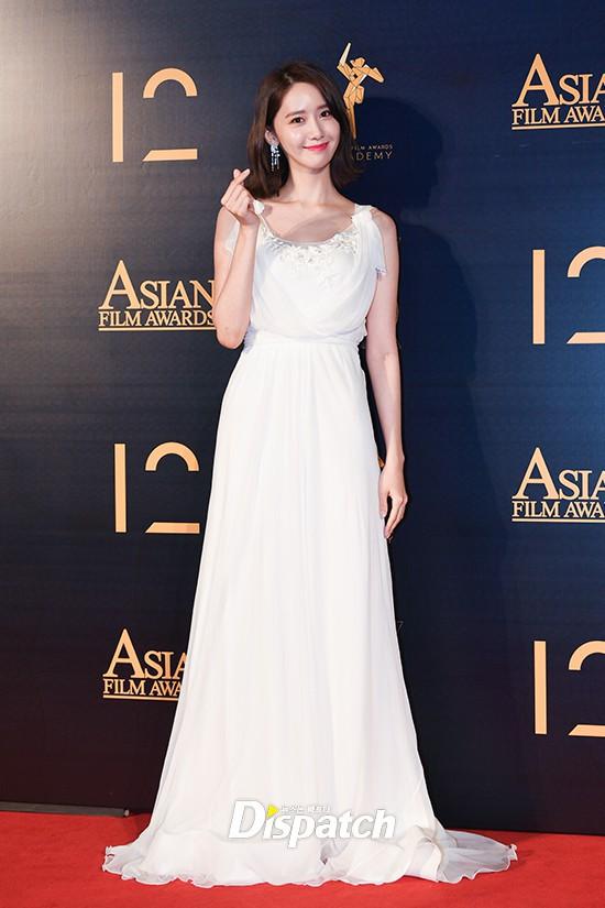 Lộ mặt dài, cơ thể gầy đến mức lộ xương ngực, Yoona vẫn trở thành nữ thần của thảm đỏ hot nhất hôm nay! - Ảnh 10.