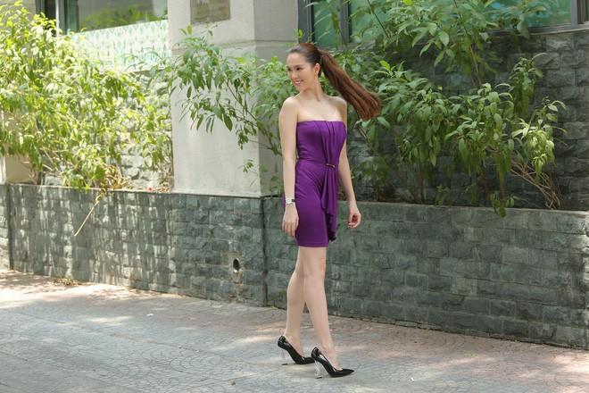 Cả kho đồ hiệu nhưng lại chọn mặc chiếc váy tím lịm của 5 năm trước, Ngọc Trinh bị chê sến và lạc điệu - Ảnh 3.