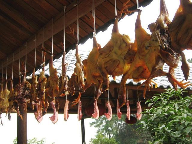 Chuột bao tử ăn sống, gà khô để nguyên lông là 2 trong 5 món ăn kỳ quái nhất Trung Quốc, người phàm ăn nhất cũng ái ngại - Ảnh 15.