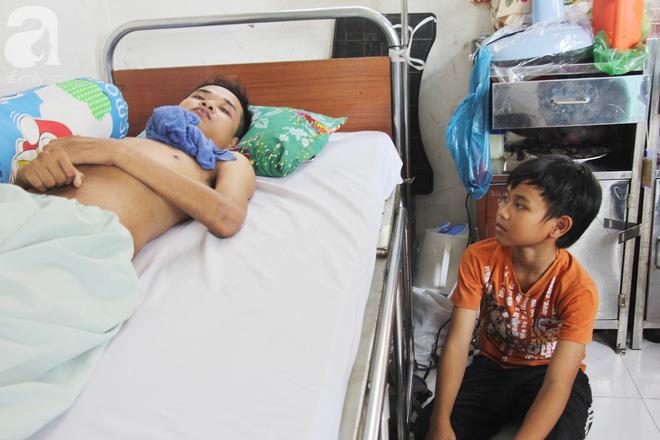 Mẹ bỏ đi lấy chồng, hai đứa trẻ nghỉ học vào bệnh viện chăm sóc anh trai tàn tật, đau đớn không có tiền chữa trị - Ảnh 2.