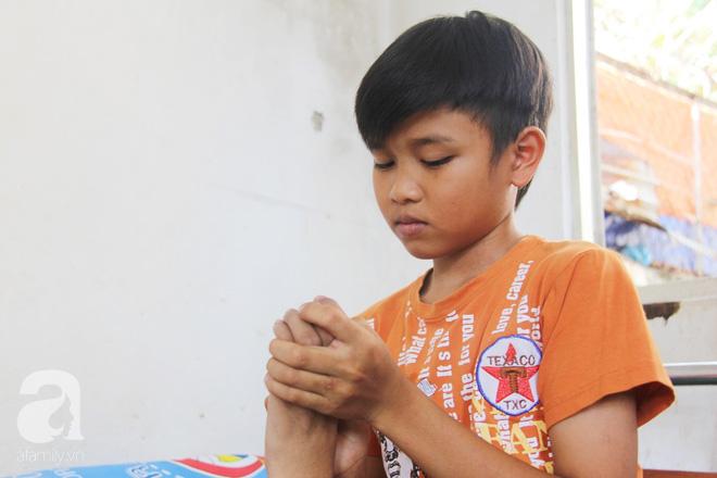 Mẹ bỏ đi lấy chồng, hai đứa trẻ nghỉ học vào bệnh viện chăm sóc anh trai tàn tật, đau đớn không có tiền chữa trị - Ảnh 9.