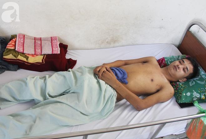 Mẹ bỏ đi lấy chồng, hai đứa trẻ nghỉ học vào bệnh viện chăm sóc anh trai tàn tật, đau đớn không có tiền chữa trị - Ảnh 8.