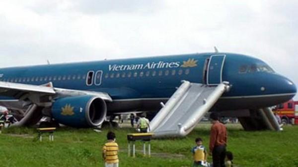 Nam hành khách tự ý mở cửa thoát hiểm máy bay, Vietnam Airlines phải tạm dừng hơn 2 giờ để xử lý - Ảnh 1.