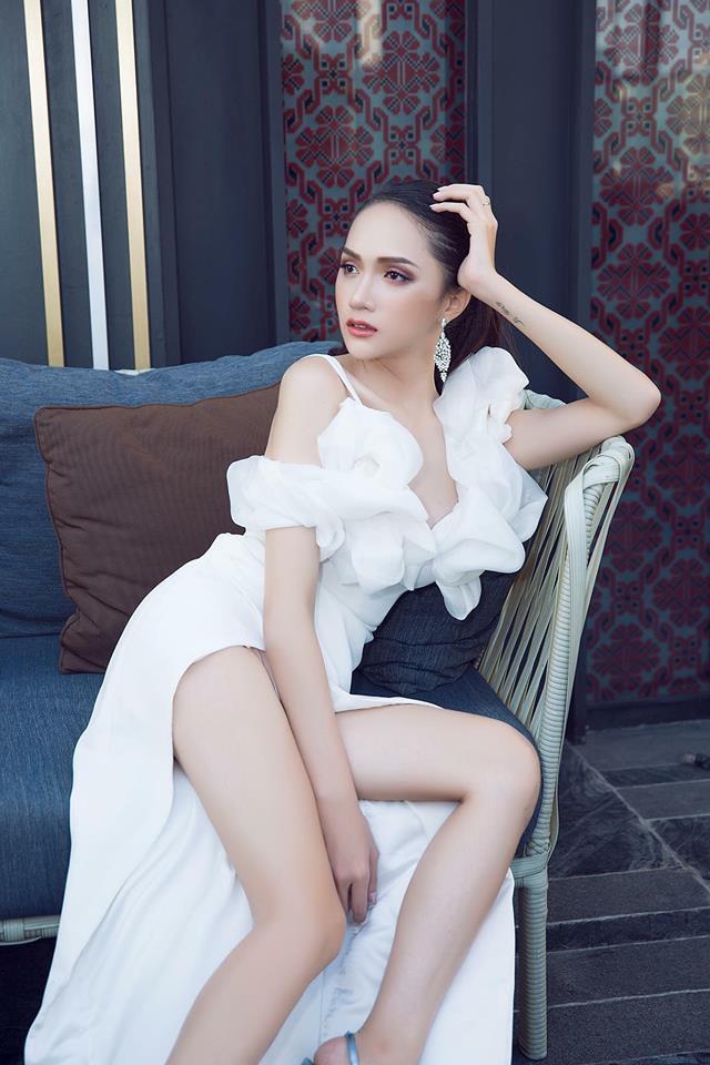 Hoa hậu Hương Giang táo bạo với đầm xẻ cao tận hông, thách thức  cả cô nàng táo bạo Angela Phương Trinh - Ảnh 1.