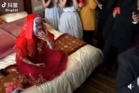 CLIP: Mở khăn phủ đầu cô dâu, chàng rể vội lấy tay che mắt vì quá bất ngờ - Ảnh 2.