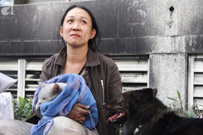 Sau 16 tiếng xảy ra vụ cháy chung cư: Người lỉnh kỉnh đồ đạc bỏ đi, kẻ vạ vật ôm chó, mèo ngồi lại đợi vào nhà coi tài sản - Ảnh 4.