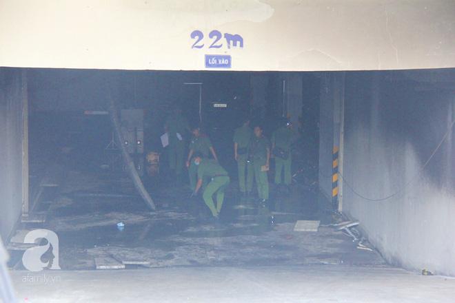 30 giờ sau vụ cháy chung cư Carina: Khung cảnh hoang tàn, người dân được vào nhà tìm những đồ vật còn sót lại - Ảnh 8.