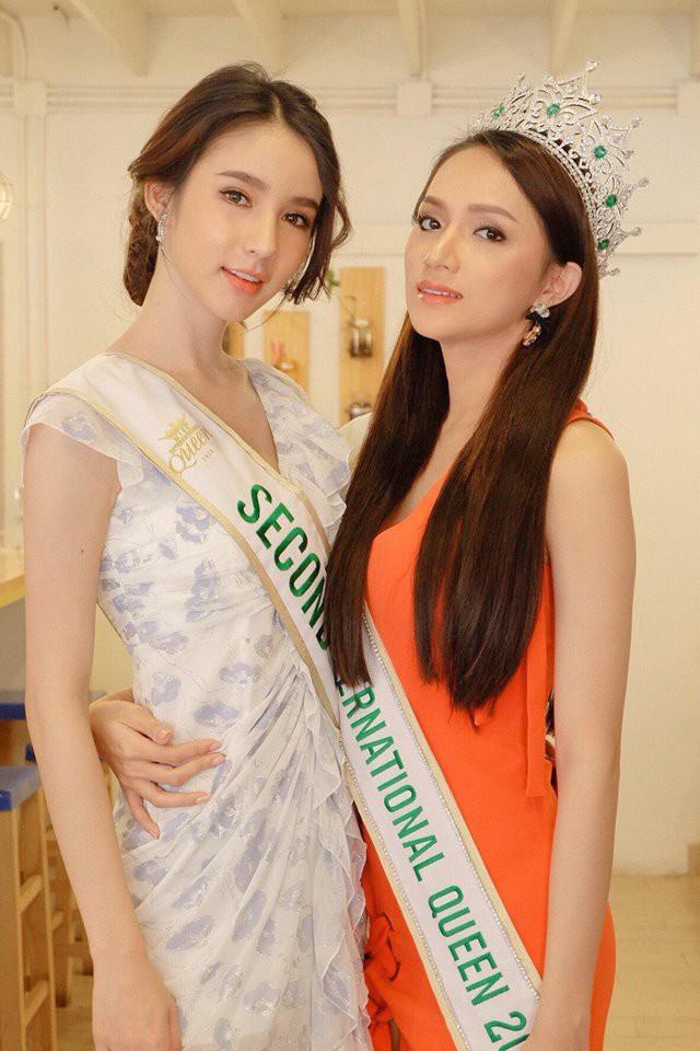 Cùng đọ sắc trong một khung hình, Hoa hậu Hương Giang và Á hậu Yoshi khiến fan loạn nhịp vì đẹp sắc nước hương trời - Ảnh 2.