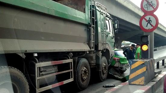 Hà Nội: Xe ben tông xe taxi, đường Nguyễn Xiển ùn tắc nghiêm trọng - Ảnh 1.