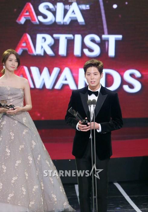 Cặp đôi cực phẩm Yoona và Park Bo Gum: Tình cờ nhiều lần như định mệnh, tình ý bùng nổ còn hơn phim - Ảnh 20.