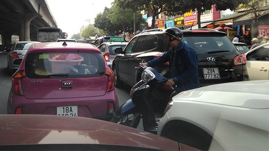 Hà Nội: Xe ben tông xe taxi, đường Nguyễn Xiển ùn tắc nghiêm trọng - Ảnh 3.