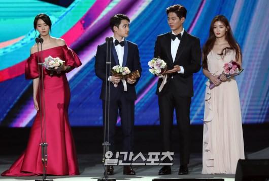 Cặp đôi cực phẩm Yoona và Park Bo Gum: Tình cờ nhiều lần như định mệnh, tình ý bùng nổ còn hơn phim - Ảnh 26.