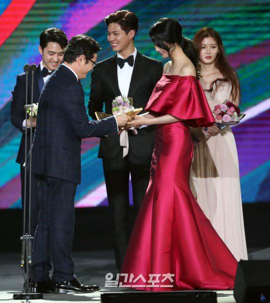 Cặp đôi cực phẩm Yoona và Park Bo Gum: Tình cờ nhiều lần như định mệnh, tình ý bùng nổ còn hơn phim - Ảnh 28.