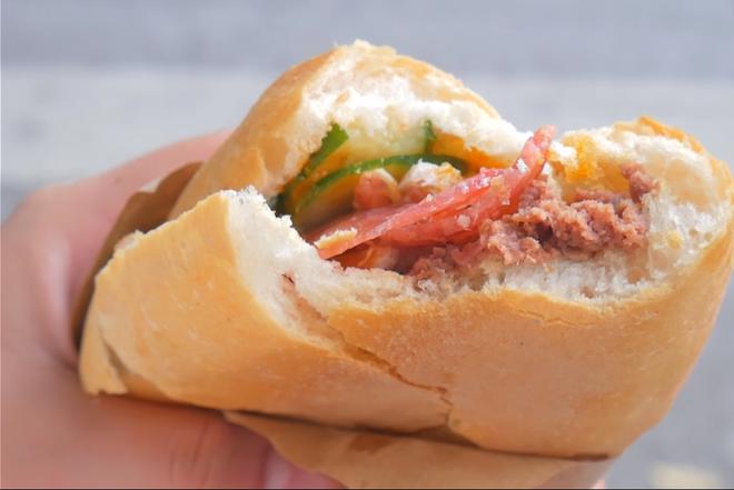 Hà Nội vẫn còn những hàng bánh mì nổi tiếng siêu rẻ, chỉ dưới 15k một chiếc bánh đầy đặn - Ảnh 2.
