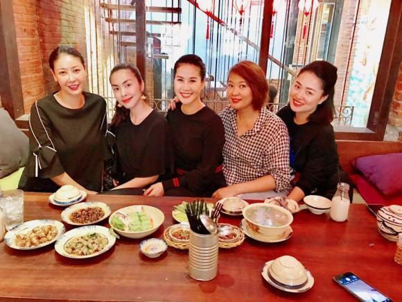 Đi ăn cùng bạn bè, Hà Tăng lại khéo léo che chắn vòng hai giữa tin đồn bầu bí? - Ảnh 2.
