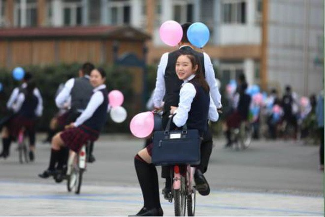 Nam sinh trường người ta khiến bao cô nàng ghen tị: Thuê xe đạp, cột bóng bay đèo các bạn nữ nhân ngày Con gái 7/3 - Ảnh 5.