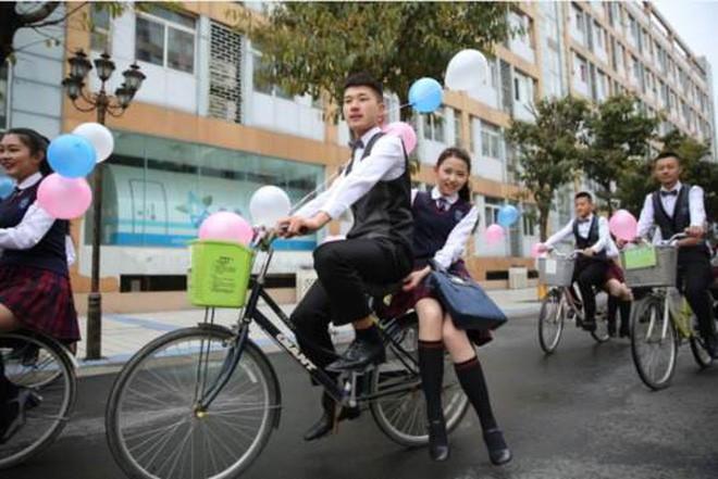 Nam sinh trường người ta khiến bao cô nàng ghen tị: Thuê xe đạp, cột bóng bay đèo các bạn nữ nhân ngày Con gái 7/3 - Ảnh 6.
