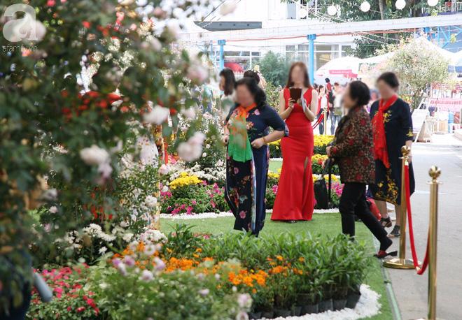 Lễ hội hoa hồng Bulgaria 2018: Khách vô tư vượt rào, vít hoa để chụp ảnh bất chấp biển cấm - Ảnh 7.