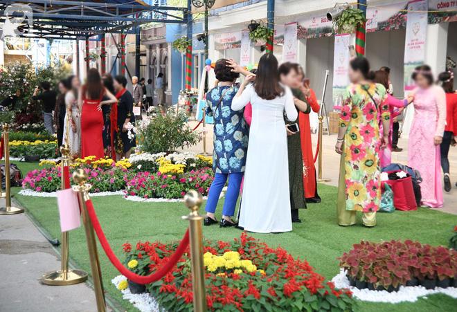 Lễ hội hoa hồng Bulgaria 2018: Khách vô tư vượt rào, vít hoa để chụp ảnh bất chấp biển cấm - Ảnh 6.