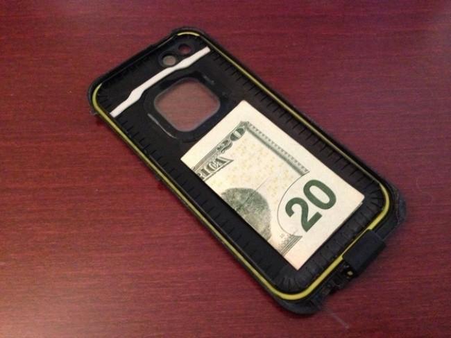Cứ  giấu một chút tiền sau ốp điện thoại thế này, ai chê cười cũng kệ vì có lúc nó sẽ là vị cứu tinh của bạn đấy - Ảnh 1.