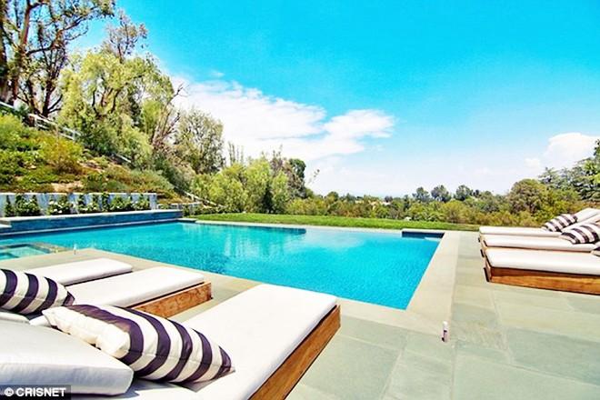 Choáng ngợp trước căn biệt thự xa hoa có giá 12 triệu USD, rộng 1.226m2 của cô út nhà Kim - Kylie Jenner - Ảnh 2.