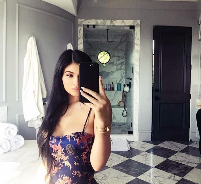Choáng ngợp trước căn biệt thự xa hoa có giá 12 triệu USD, rộng 1.226m2 của cô út nhà Kim - Kylie Jenner - Ảnh 7.
