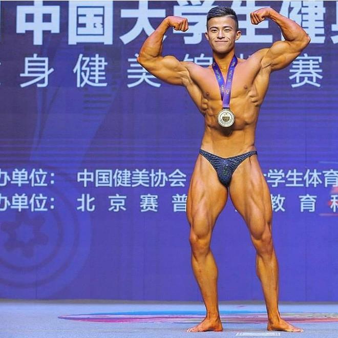 Ăn 70 lòng trắng trứng mỗi ngày trước cuộc thi thể hình, chàng trai gầy gò lột xác với cơ thể cường tráng, giành luôn ngôi vô địch - Ảnh 2.