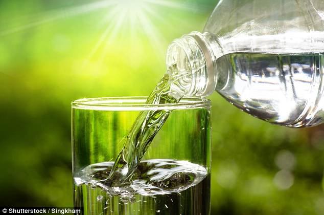 Hãy quên việc uống 8 ly nước mỗi ngày đi bởi các chuyên gia đã cảnh báo điều này có thể gây nguy hiểm cho bạn - Ảnh 4.