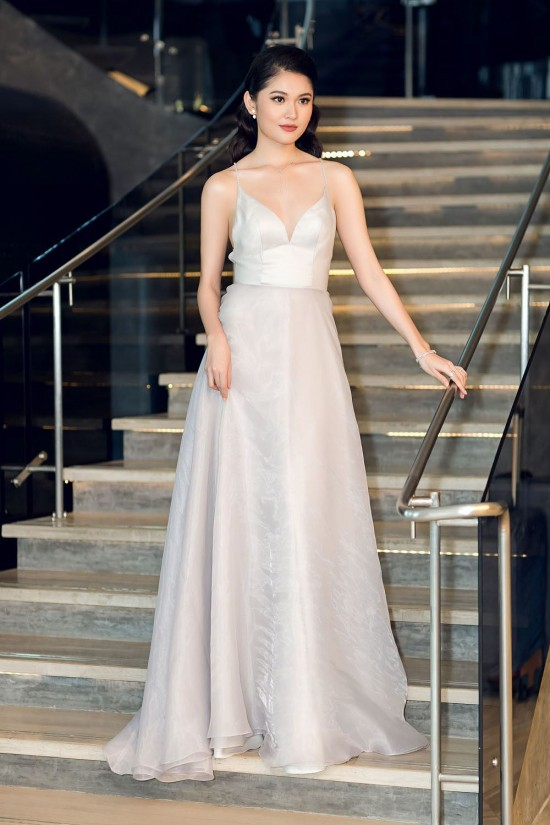Bắt chước phong cách công chúa của Hương Giang, á hậu Thùy Dung vẫn dưới cơ đàn chị dù diện trang sức 200 triệu - Ảnh 1.